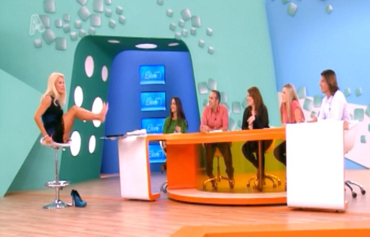 Τι έπαθε η Ελένη; Ανέβασε τα πόδια πάνω στο τραπέζι!   Newsit.gr