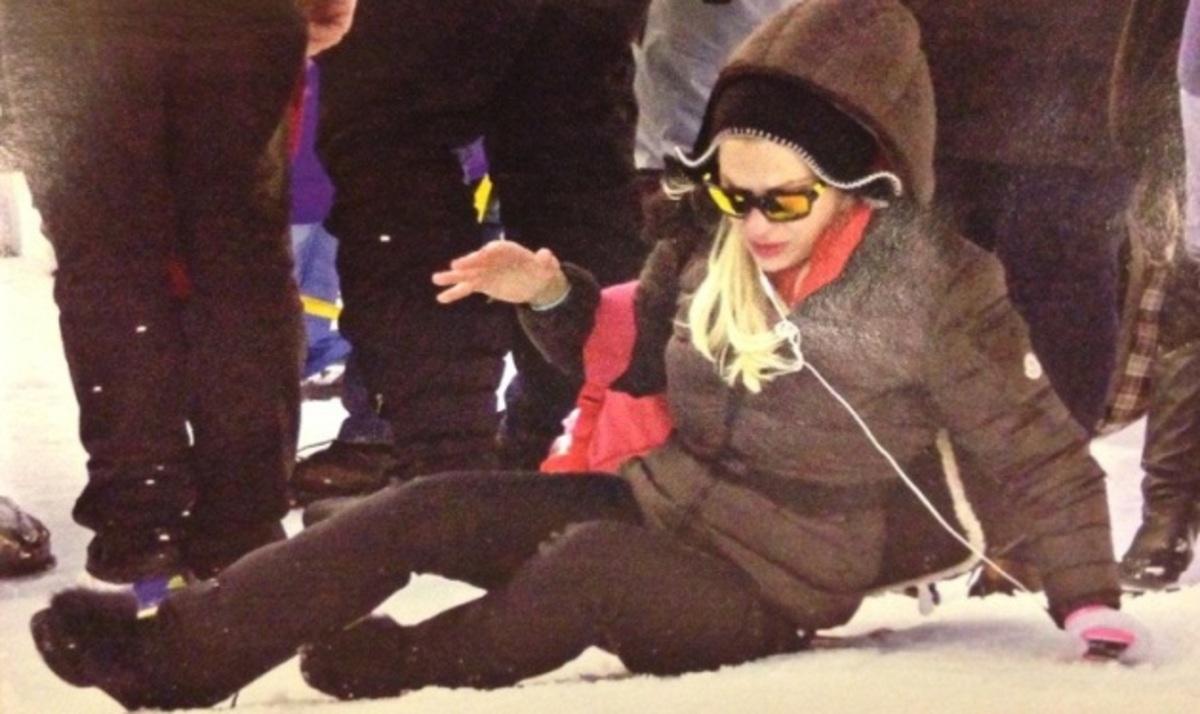 Ελ. Μενεγάκη: Η βόλτα και η τούμπα της στα χιόνια! Φωτογραφίες | Newsit.gr