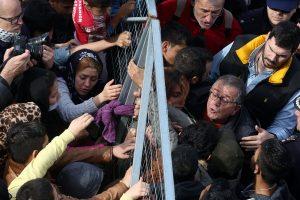 Εικόνες ντροπής στο Ελληνικό! Ένταση και επεισόδια με ευθύνη Μουζάλα – Αστυνομικός χτύπησε προσφυγόπουλο