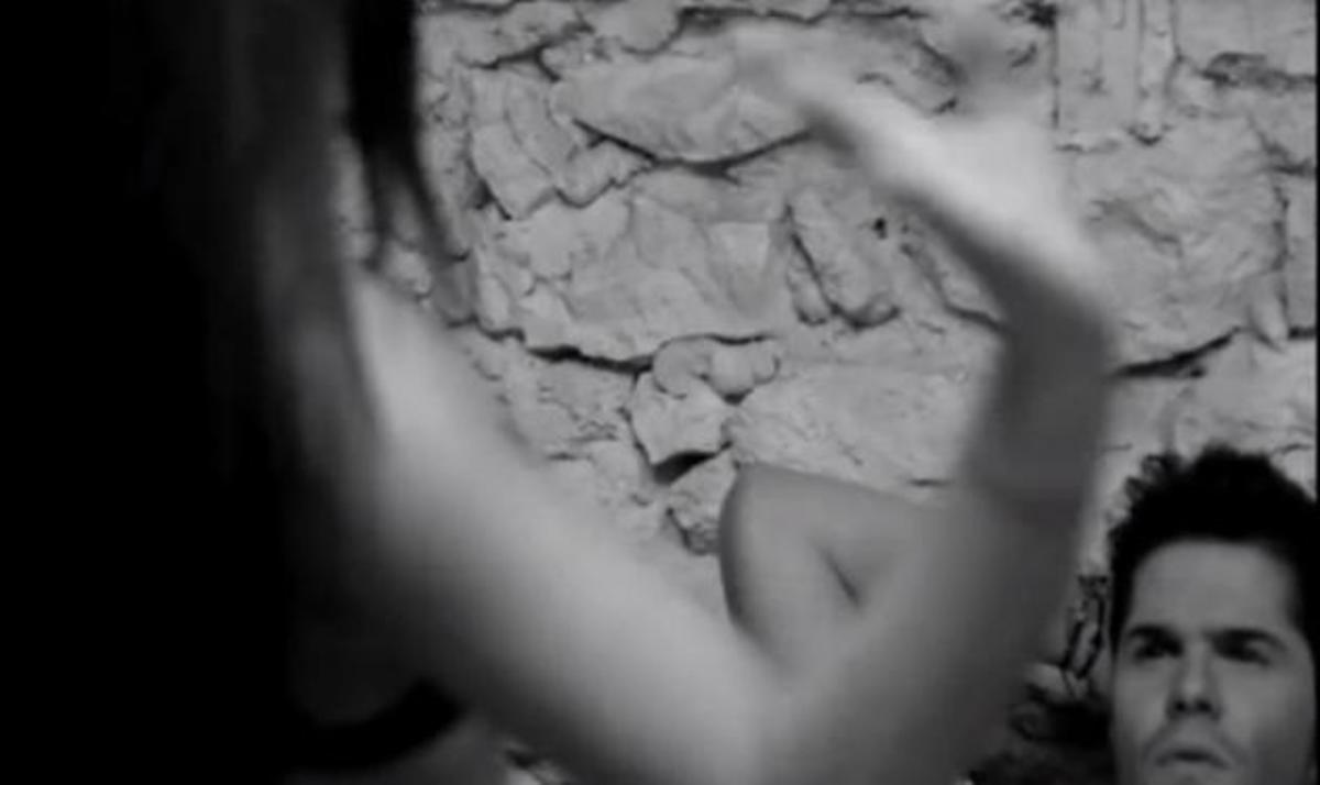 Όταν η Έμιλυ έκανε… στριπτίζ στο Γ. Τσαλίκη! Μετά τον χαστούκισε! Δες το video clip | Newsit.gr