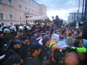 «Ντου» των ενστόλων στη Βουλή! Τους απώθησαν αστυνομικοί [vids, pics]