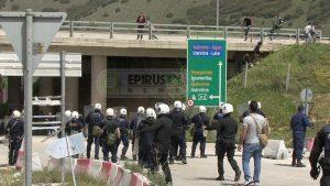 Επεισόδια με πέτρες και καδρόνια στην Εγνατία για να ανοίξει ο δρόμος από τους πρόσφυγες – Εισβολή στο γραφείο του Δημάρχου! ΒΙΝΤΕΟ