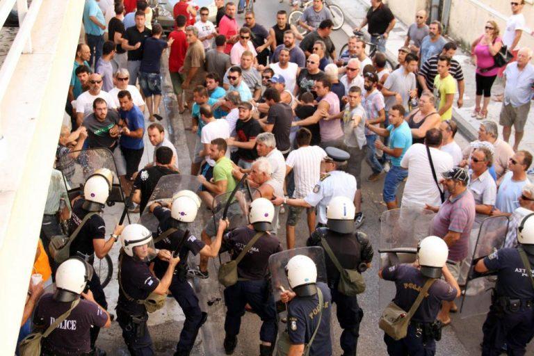 Μεσολόγγι: Δακρυγόνα και συγκρούσεις έξω από τα δικαστήρια – ΦΩΤΟ | Newsit.gr