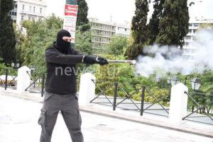Οπλισμένοι με σφυριά κι αυτοσχέδια όπλα οι κουκουλοφόροι