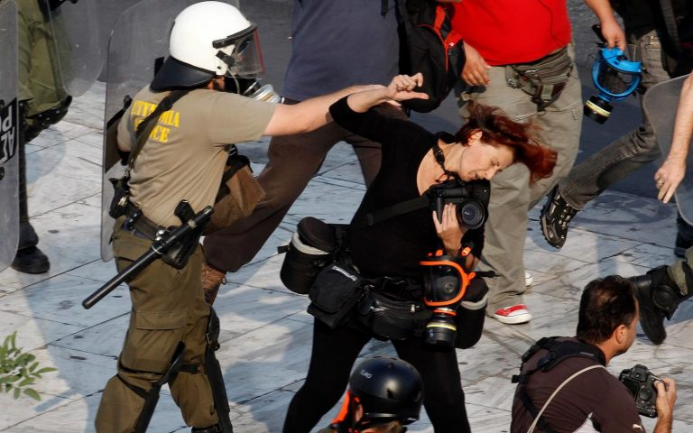 Φωτογραφίες ντοκουμέντο από τα άγρια επεισόδια στο Σύνταγμα | Newsit.gr