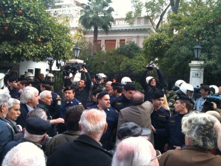 Συνταξιούχοι στα χέρια με αστυνομικούς έξω από το Μαξίμου   Newsit.gr