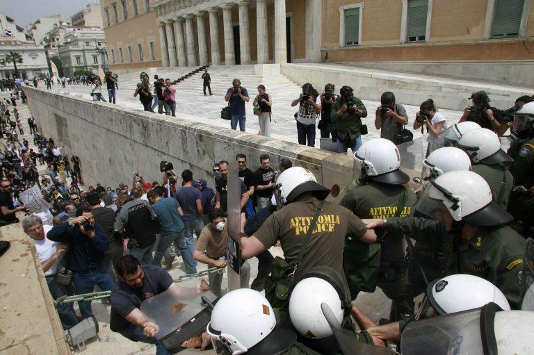 Απρόκλητη επίθεση των ΜΑΤ σε δημοσιογράφο του NewsIt | Newsit.gr