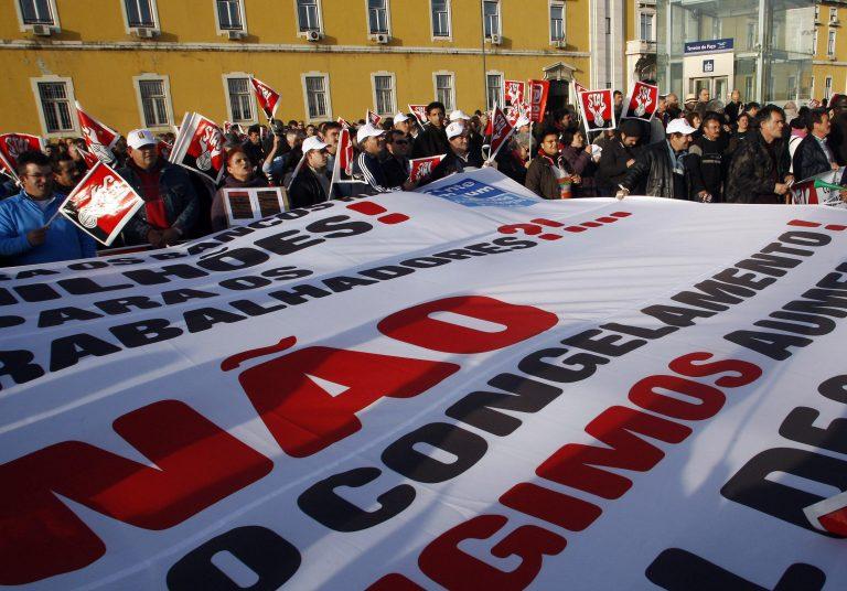 Στους δρόμους 50.000 δημόσιοι υπάλληλοι στην Πορτογαλία   Newsit.gr
