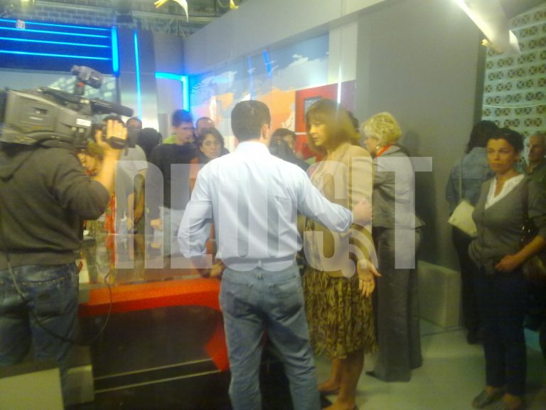 Έκαναν κατάληψη στην ΕΡΤ – Αποκλειστικά βίντεο από το NewsIt μέσα από το στούντιο της ΕΤ1 | Newsit.gr