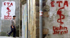 Η ΕΤΑ αφοπλίζεται! Έδωσε 12 κρυψώνες με όπλα στη Γαλλία