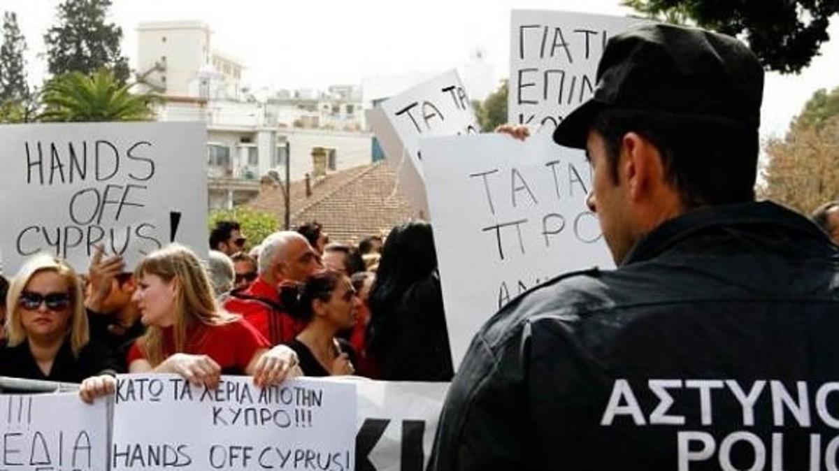 Κύπρος: Τραπεζοϋπάλληλοι έξω από το προεδρικό Μέγαρο και το υπ. Οικονομικών   Newsit.gr