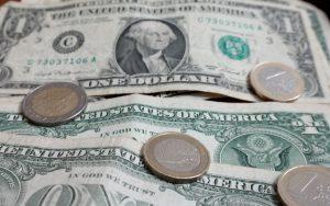 Περιορισμένη θετική αντίδραση εμφάνισε το ευρώ έναντι του δολαρίου