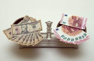 Eλαφρώς πτωτικές τάσεις εμφανίζει το ευρώ έναντι του δολαρίου