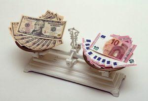 Ενισχύεται ελαφρώς το ευρώ
