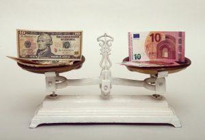 """Μίνι """"ράλι"""" για το δολάριο έναντι του ευρώ"""