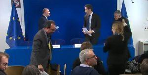 Τα ανοικτά μικρόφωνα πρόδωσαν τον διάλογο Ντάισελμπλουμ – Μοσκοβισί για την Ελλάδα και το χρέος!