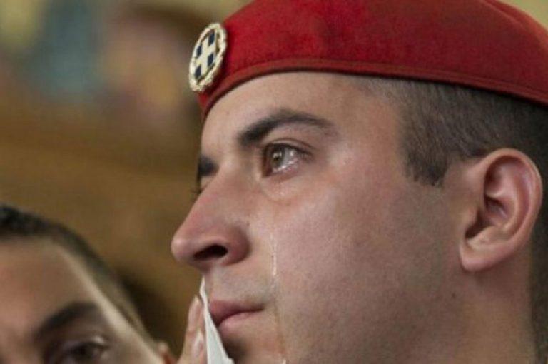 Ο εύζωνας που συγκλόνισε, αποκαλύπτεται: Γιατί δάκρυσα [pics]   Newsit.gr