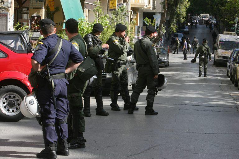 Αστυνομικός πυροβόλησε στα Εξάρχεια | Newsit.gr