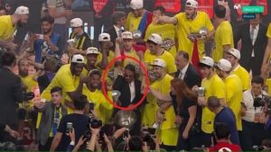 """Τελικός Euroleague: Το """"Μωρό του Αλατιού"""" πανηγύρισε την κούπα με τους παίκτες της Φενέρ [pics]"""