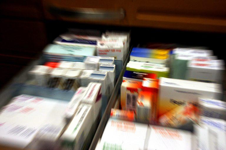 """""""Μαχαίρι"""" στο κέρδος των φαρμακοποιών δια χειρός τρόικας! Μείωση στο 15%   Newsit.gr"""