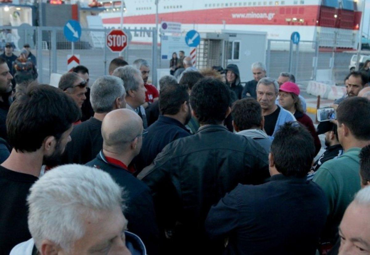 Σε θέση «μάχης» οι αγρότες στο λιμάνι του Ηρακλείου   Newsit.gr