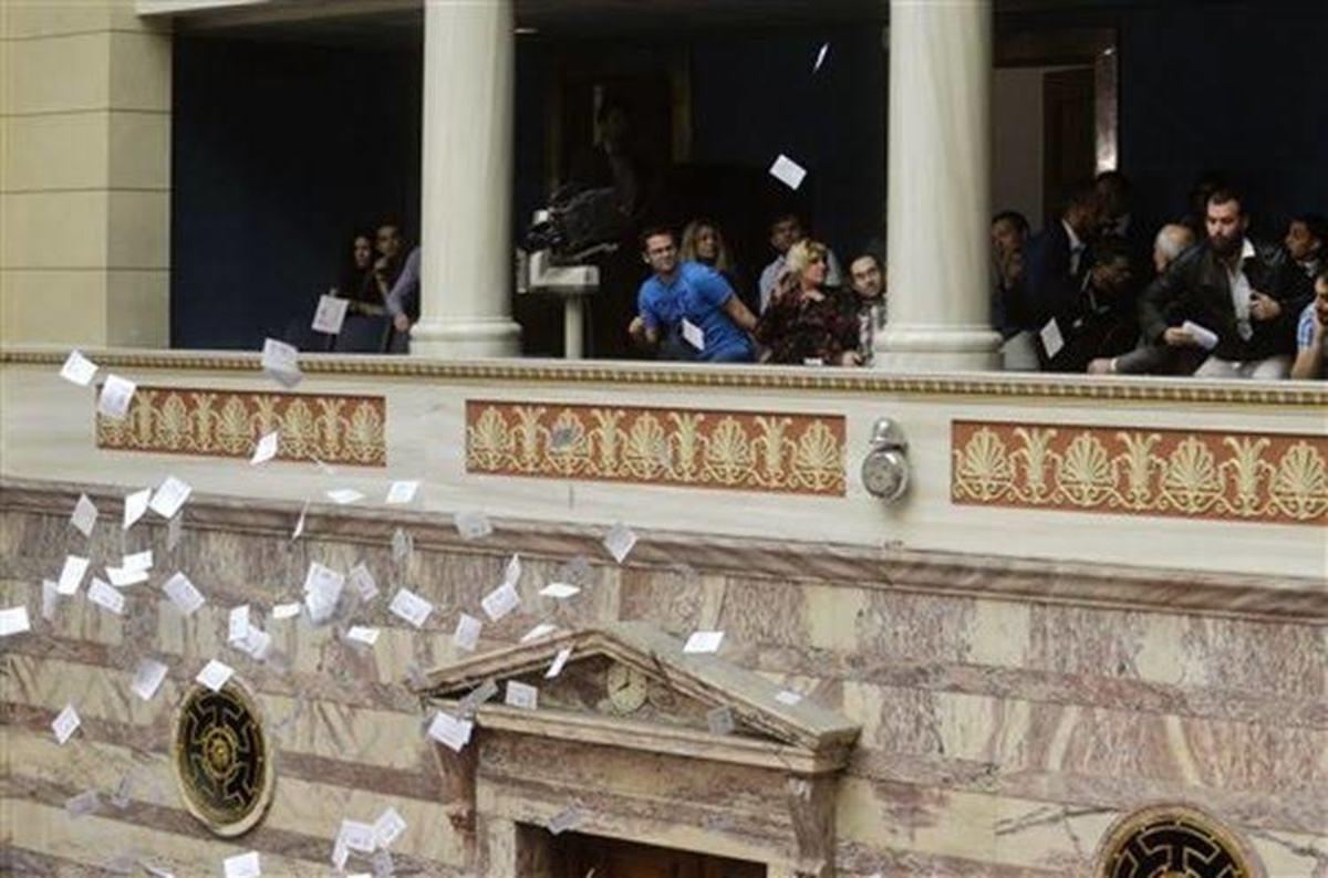 Βουλή: Μέλη της Λαϊκής Ενότητας πέταξαν φέιγ βολάν από τα θεωρεία [pics] | Newsit.gr