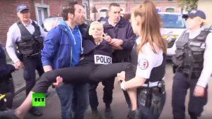 Με μάσκες Τραμπ, Πούτιν, Άσαντ οι Femen στο εκλογικό κέντρο της Λε Πεν [pics, vids]