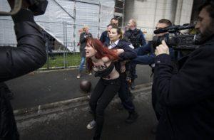 Γαλλία – Εκλογές: Νέο «ντου» των Femen στη Μαρίν Λε Πεν [pics, vids]