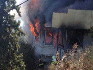 Ξυλόκαστρο: Μεγάλες ζημιές σε κατάστημα από φωτιά [vid]