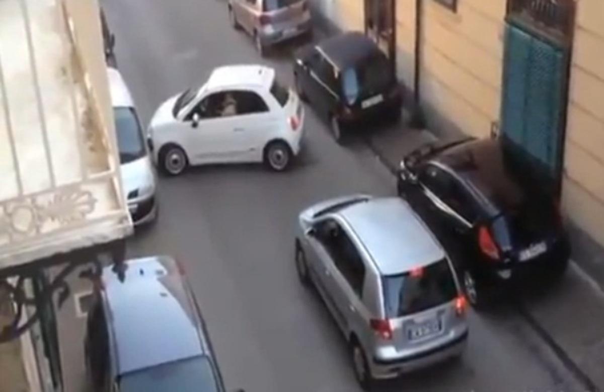 Τo φιατάκι που έκανε άνω κάτω δρόμο της Νάπολης! – Ξεκαρδιστικό βίντεο | Newsit.gr
