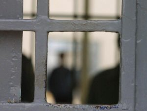Έρευνα για ξυλοδαρμό κρατούμενου από αστυνομικούς – «Με χτυπούσαν επίτηδες στο χειρουργημένο πόδι μου»