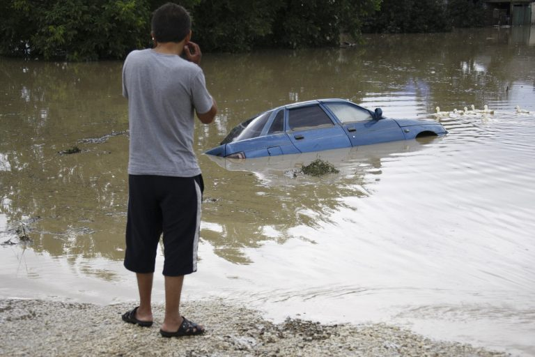 Ενενήντα εννέα οι νεκροί από τις πλημμύρες   Newsit.gr