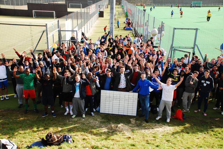 Φοιτητές από όλο τον κόσμο έβαλαν γκολ για να … ζεστάνουν ελληνικά δημόσια σχολεία (ΦΩΤΟ και ΒΙΝΤΕΟ) | Newsit.gr