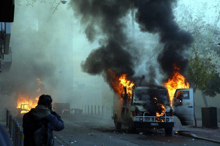 Θεσσαλονίκη: Πυρπόλησαν αυτοκίνητο και μοτοσικλέτα | Newsit.gr