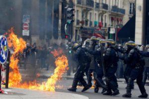Πρωτομαγιά 2017: Βίαιες διαδηλώσεις στο Παρίσι! Φωτιές και βροχή από δακρυγόνα – 2 τραυματίες [pics, vid]