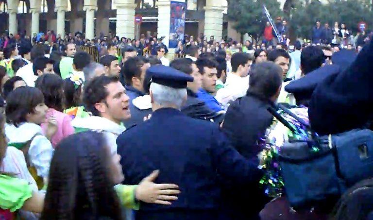Πάτρα: Mικροεπεισόδια στην αποκριάτικη παρέλαση -video | Newsit.gr