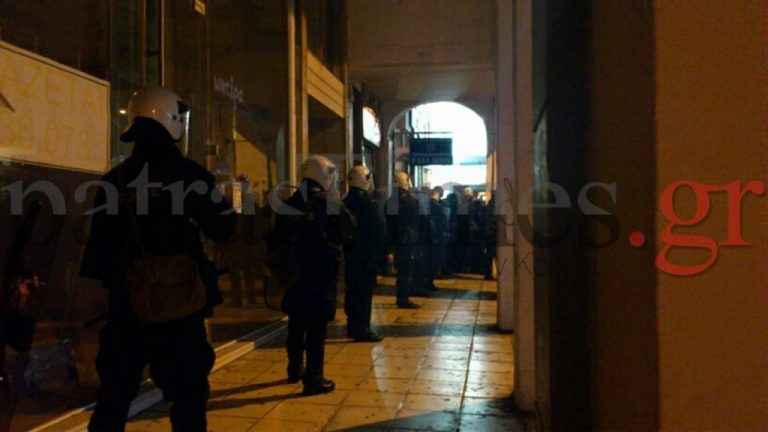 Πάτρα: Αντιεξουσιαστές έσπασαν την πόρτα της Α' ΔΟΥ | Newsit.gr