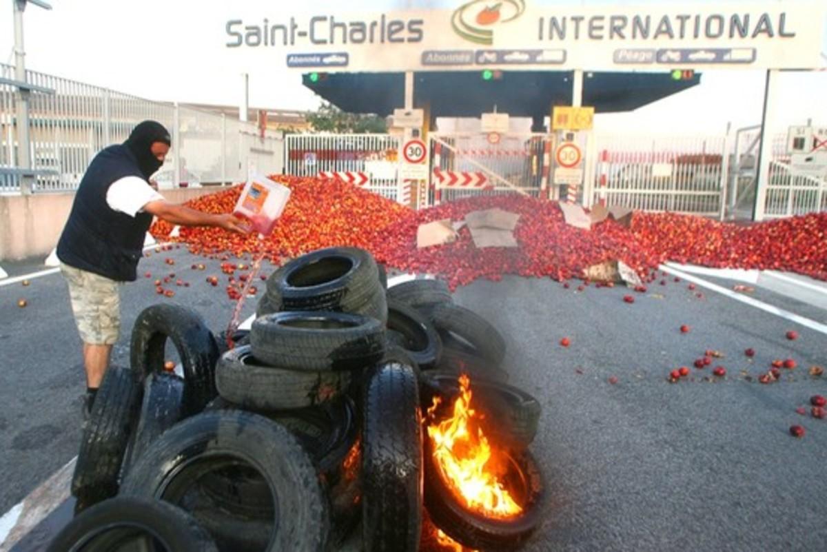 Γέμισε άχυρα η Σανσ' Eλυζέ | Newsit.gr
