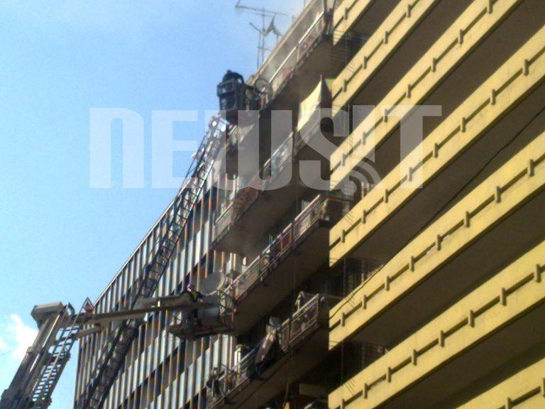 Απεγκλωβίστηκαν 6 άτομα από το «φλεγόμενο» κτίριο στο κέντρο της Αθήνας   Newsit.gr