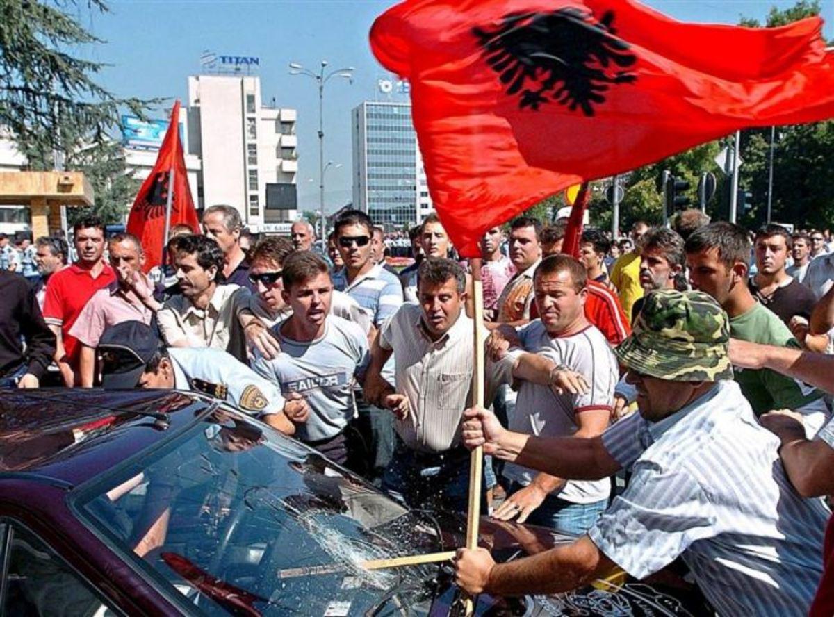 Δέκα χιλιάδες άτομα διαδηλώνουν για το φόνο των δύο νεαρών από αστυνομικό | Newsit.gr