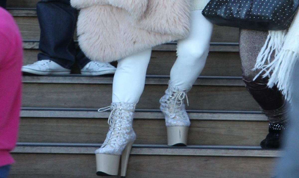 Ποια διάσημη τραγουδίστρια εμφανίστηκε με αυτά τα παπούτσια – κοθόρνους; | Newsit.gr