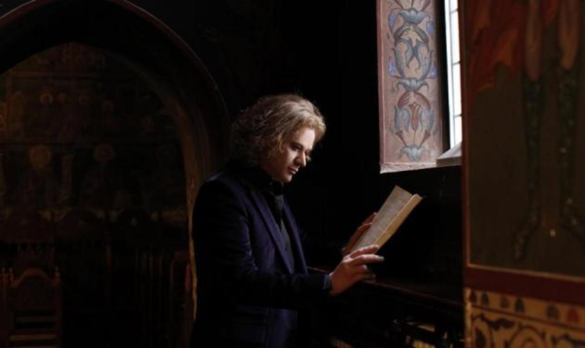 Η Καινή Διαθήκη με τη φωνή του Πέτρου Γαϊτάνου | Newsit.gr