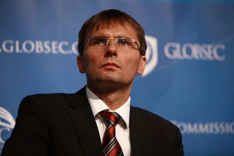 Καθαίρεσαν τον υπουργό Άμυνας λόγω εμπλοκής του σε σκάνδαλο υποκλοπών | Newsit.gr