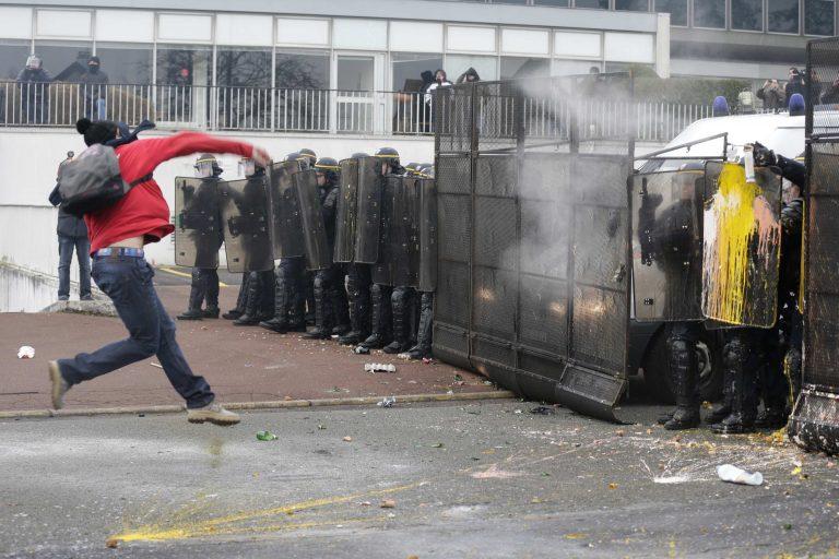 Επεισόδια διαδηλωτών στους δρόμους του Παρισιού για τις 1.200 απολύσεις στη Goodyear | Newsit.gr