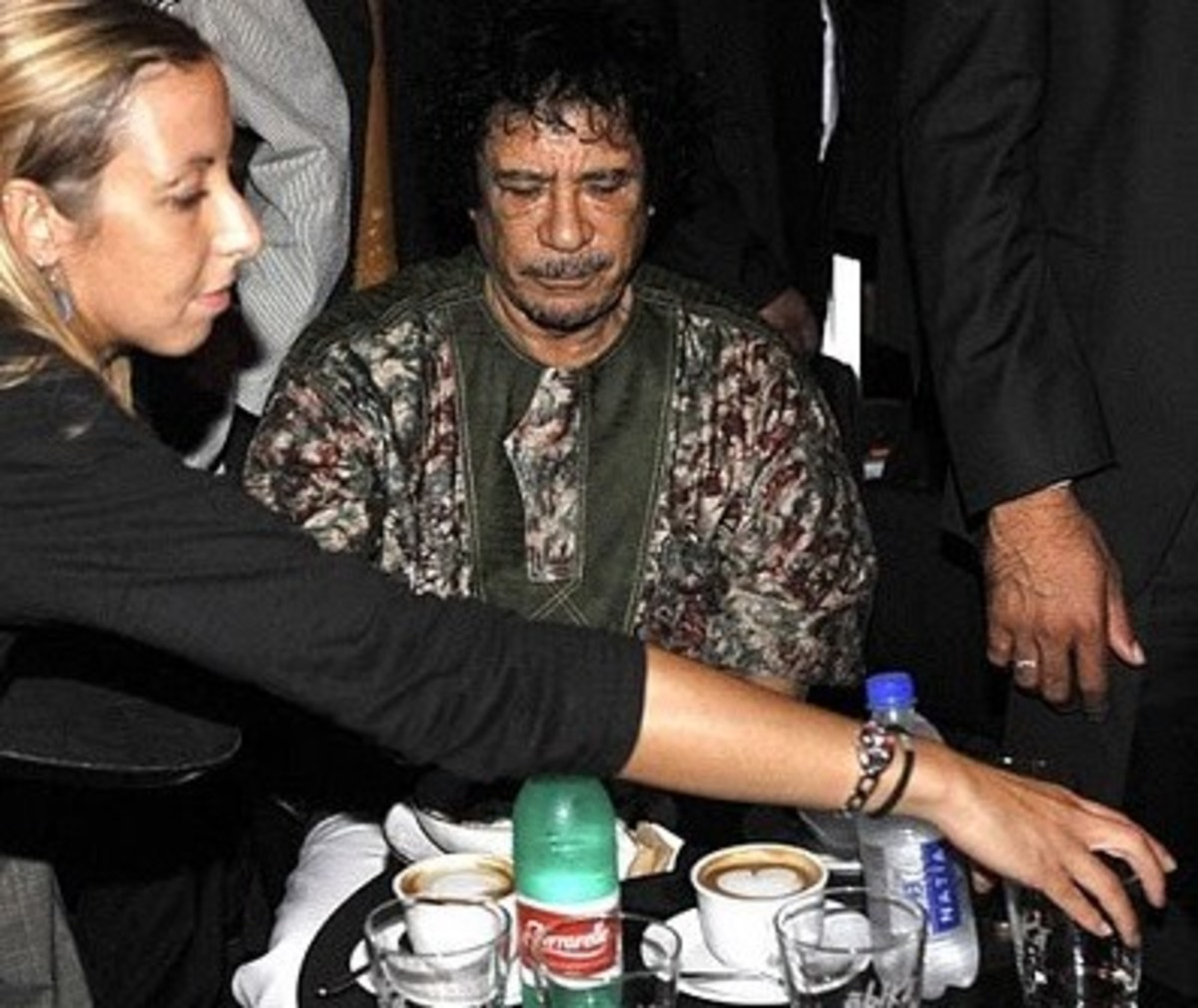 H χυμώδης ουκρανή νοσοκόμα εγκαταλείπει τον Καντάφι | Newsit.gr