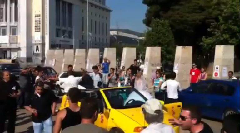 Νιόπαντρο ζευγάρι γλεντάει μαζί με τους «αγανακτισμένους»  στη Θεσσαλονίκη – Δείτε βίντεο | Newsit.gr