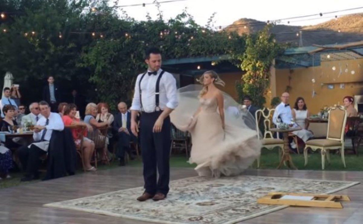 Όταν η νύφη κάνει ΑΥΤΟ στον γαμπρό, κανείς δεν μπορούσε να πάρει τα μάτια του από πάνω τους! [vid] | Newsit.gr