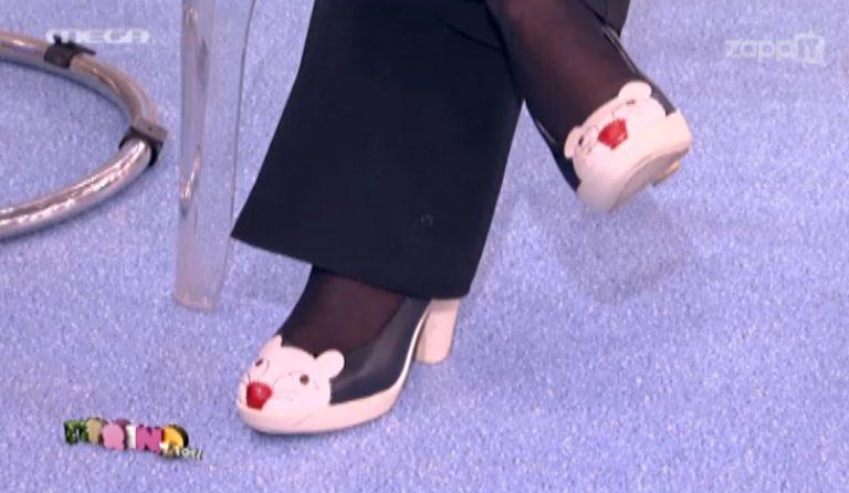 Καταξιωμένη τραγουδίστρια εμφανίστηκε σε εκπομπή με παπούτσι-γατάκι! | Newsit.gr