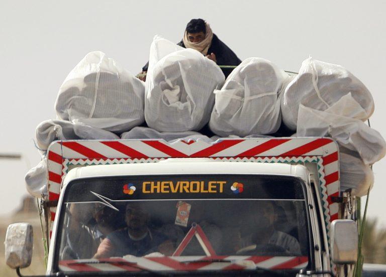 Αφησαν να περάσουν ρούχα και παπούτσια στη Γάζα | Newsit.gr