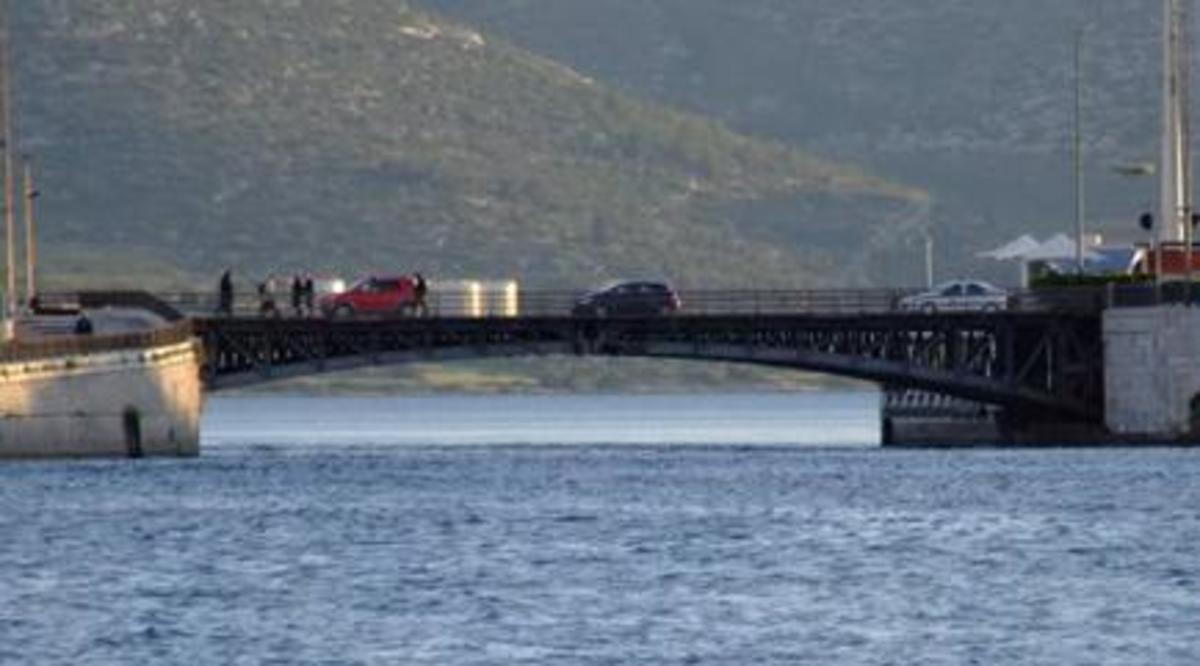 Βουτιά θανάτου στα νερά του Ευρίπου | Newsit.gr